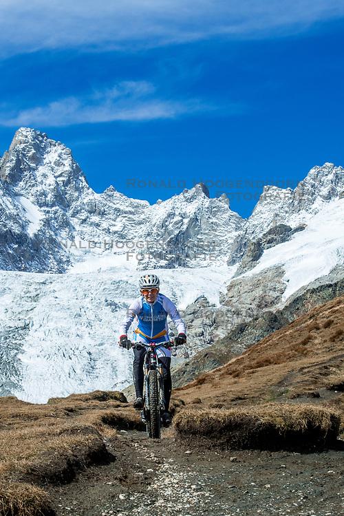15-09-2017 ITA: BvdGF Tour du Mont Blanc day 6, Courmayeur <br /> We starten met een dalende tendens waarbij veel uitdagende paden worden verreden. Om op het dak van deze Tour te komen, de Grand Col Ferret 2537 m., staat ons een pittige klim (lopend) te wachten. Na een welverdiende afdaling bereiken we het Italiaanse bergstadje Courmayeur. Marion