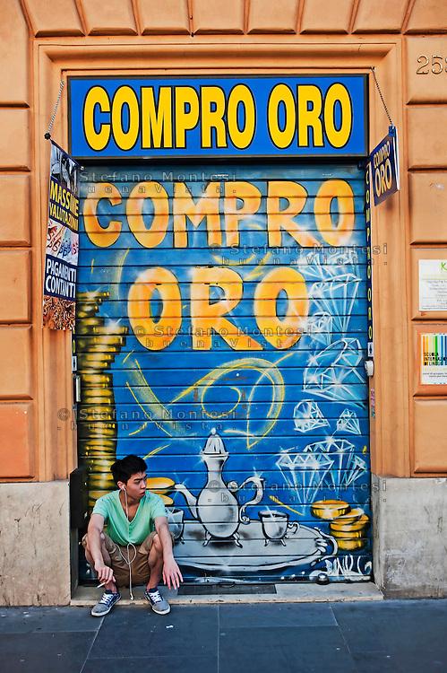 Roma, 2 Giugno 2012.Negozio compro oro in via Merulana, quartiere Esquilino.