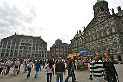 O Pal&aacute;cio Real em Amsterd&atilde; (Koninklijk Paleis te Amsterd&atilde;, em neerland&ecirc;s) &eacute; um dos tr&ecirc;s pal&aacute;cios nos Pa&iacute;ses Baixos que est&atilde;o &agrave; disposi&ccedil;&atilde;o da Rainha Beatriz. Situado na parte oeste da Pra&ccedil;a Dam, no centro de Amsterdam, pr&oacute;ximo &agrave; igreja Nieuwe Kerk.<br /> O pal&aacute;cio foi constru&iacute;do pelo arquiteto e artista Jacob van Campen, que tomou controle do projeto de constru&ccedil;&atilde;o em 1648, como a prefeitura da cidade de Amsterdam, e cont&eacute;m 13,659 colunas rijas. Foi aberto em 20 de Julho de 1655 por l&iacute;deres da cidade. Os interiores, focados no poder e no prest&iacute;gio de Amsterdam, foram conclu&iacute;dos depois, principalmente por Rembrandt e por Ferdinand Bol. FOTO: Jefferson Bernardes/Preview.com