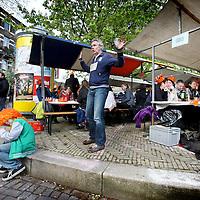 Nederland, Amsterdam , 29 april 2012..Op zondagavond 29 april schuiven ruim zevenhonderd volwassenen en 350 kinderen aan bij het Queensdinner rondom de fontein op de Hogeweg in Watergraafsmeer..Foto:Jean-Pierre Jans