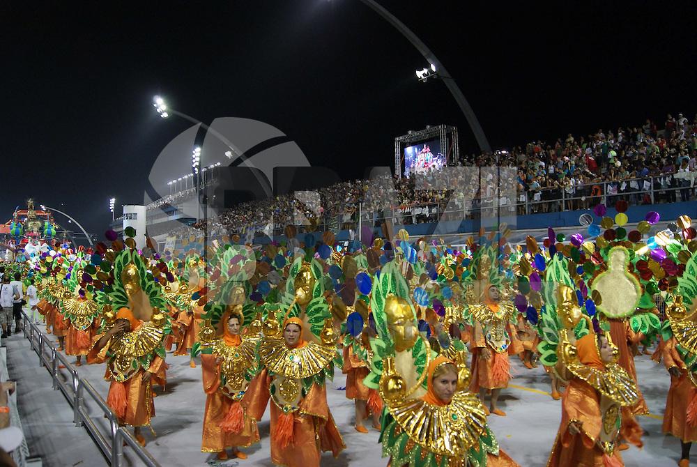 SÃO PAULO, SP, 12 DE FEVEREIRO DE 2010 - CARNAVAL 2010 SP / IMPERADOR DO IPIRANGA - Desfile das escolas de samba de São Paulo do grupo especial, a primeira escola entrar na avenida é a Imperador do Ipiranga que traz no enredo da Antiguidade À Técnologia, Medicina a Nobre Arte de Salvar Vidas. No Sambódromo do Anhembi na região norte da capital paulista. FOTO: WILLIAM VOLCOV / BRAZIL PHOTO PRESS