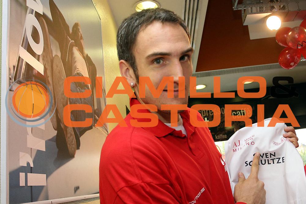 DESCRIZIONE : Milano Lega A1 2006-07 Armani Jeans Milano Mc Donald<br />GIOCATORE : Schultze<br />SQUADRA : Armani Jeans Milano<br />EVENTO : Campionato Lega A1 2006-2007 <br />GARA : Armani Jeans Milano Mc Donald<br />DATA : 08/11/2006 <br />CATEGORIA :  Curiosita<br />SPORT : Pallacanestro <br />AUTORE : Agenzia Ciamillo-Castoria/S.Ceretti