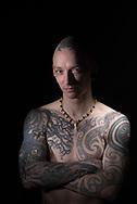 """Mit Spiritualität<br /> und Weisheit<br /> """"Das hat mein neuseeländischer Kumpel<br /> Dan gemacht, ein Maori. Ihn habe ich auf<br /> einer Tattoo-Convention kennengelernt.<br /> Es hat gleich geklickt. Über das Motiv<br /> haben wir lange gesprochen. Es hat mit<br /> bestimmten inneren Erfahrungen zu tun,<br /> Stichwort Meditation. Für die Maori ist<br /> das sogenannte Whakapappa ganz<br /> wichtig. Das ist eine Art Genealogie:<br /> Wie entsteht etwas? Wo kommt alles<br /> Leben her? Wo kommt ein Gedanke her,<br /> eine Inspiration, was ist die Welt?<br /> Darüber habe ich nächtelang mit Dan<br /> diskutiert. Da trifft sich Spiritualität,<br /> Quantenphysik und indigene Weisheit,<br /> das ist total spannend. Das floss alles<br /> ins Tattoo hinein. Das sind sogenannte<br /> Manaias, übernatürliche Fabelwesen.<br /> Sie können ganz unterschiedliche<br /> Bedeutungen haben, je nach Zusammenhang.<br /> Die Bedeutung liegt aber nicht<br /> in den Linien. Die haben nur eine Bedeutung<br /> wegen der Erfahrungen, die ich<br /> in Neuseeland gemacht habe. Ideal ist<br /> es, wenn die äußeren Linien den inneren<br /> Ausdruck widerspiegeln.""""<br /> Elvis (38) hat ein Custom Tattoo<br /> Studio in Hamburg. Mehr Infos<br /> unter www.elvislovesyou.de"""