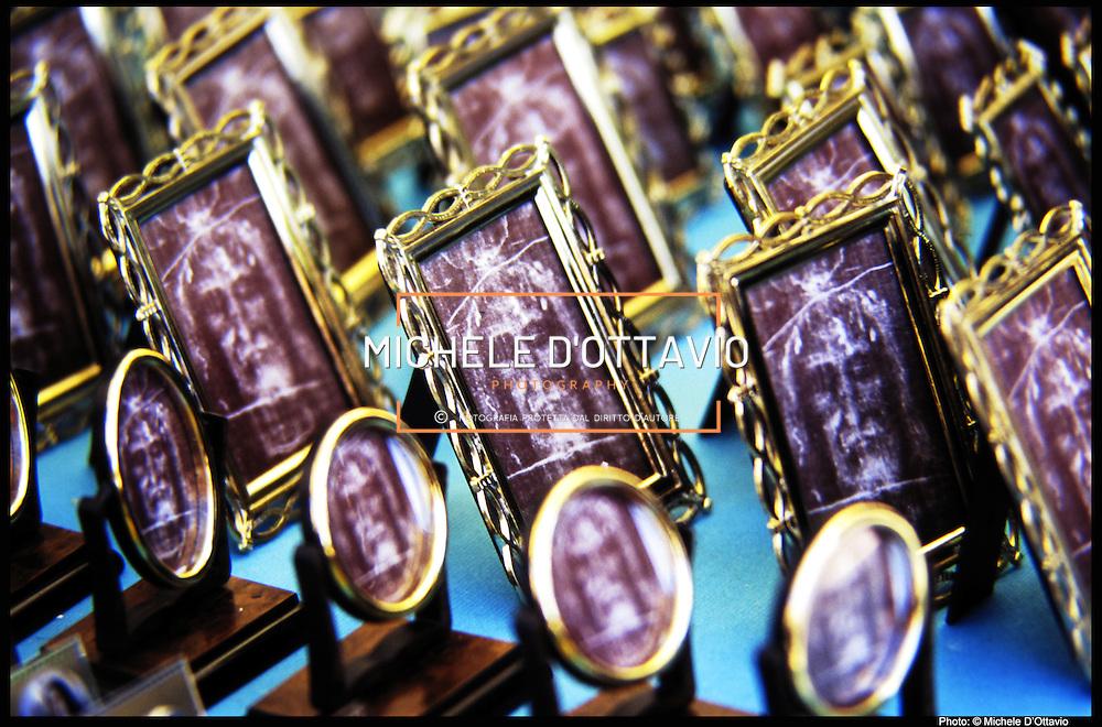Torino 1998, ostensione della Sacra Sindone nella foto i souvenir con il volto della Sindone