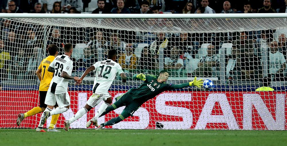 Juventus' goalkeeper Wojciech Szczesny saves the ball at full stretch