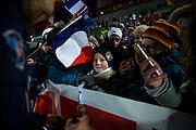 &Ouml;STERSUND, SVERIGE - 2017-12-03: Barn f&aring;r medaljen av Martin Fourdcade under herrarnas jaktstart t&auml;vling under IBU World Cup Skidskytte p&aring; &Ouml;stersunds Skidstadion den 2 december 2017 i &Ouml;stersund, Sverige.<br /> Foto: Johan Axelsson/Ombrello<br /> ***BETALBILD***
