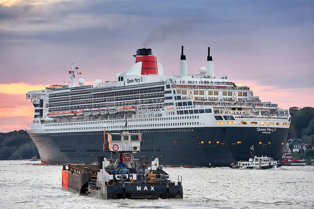 Queen Mary 2 läuft aus dem Hamburger Hafen aus