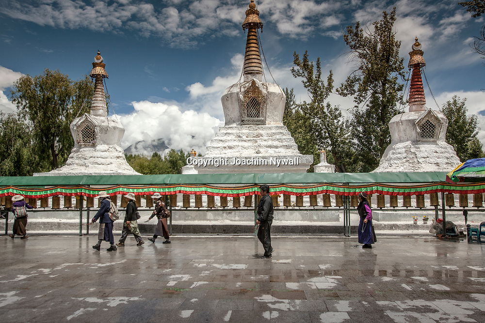 Lhasa 2011 Tibet<br /> Pilgrimer  med b&ouml;nesnurror g&aring;r runt Potalapalatset i Lhasa<br /> <br /> ----<br /> FOTO : JOACHIM NYWALL KOD 0708840825_1<br /> COPYRIGHT JOACHIM NYWALL<br /> <br /> ***BETALBILD***<br /> Redovisas till <br /> NYWALL MEDIA AB<br /> Strandgatan 30<br /> 461 31 Trollh&auml;ttan<br /> Prislista enl BLF , om inget annat avtalas.