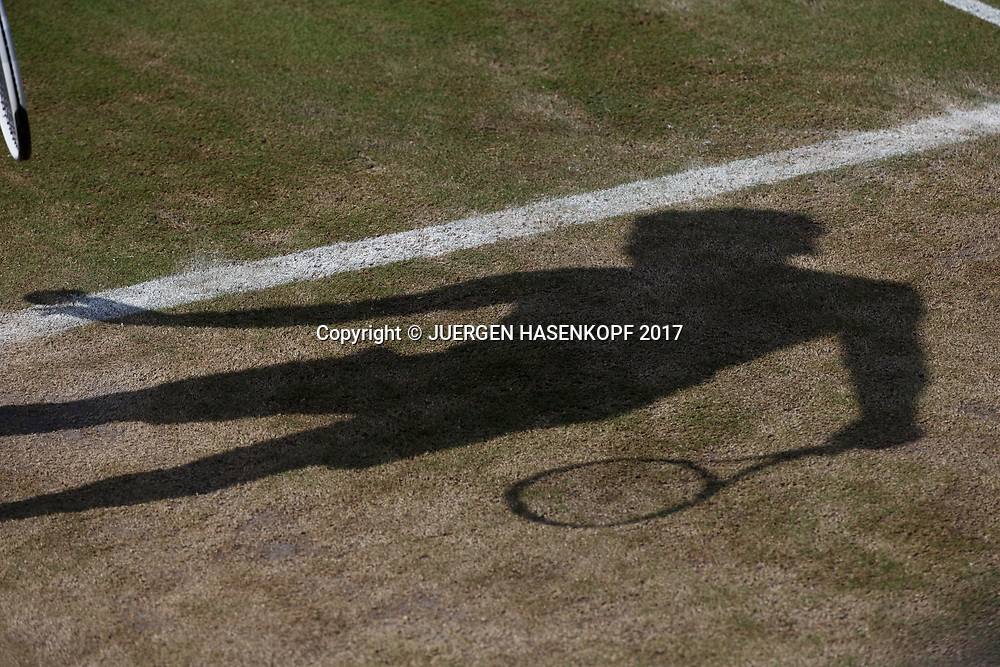 Wimbledon Feature, Schatten eines Spielers auf dem abgenutzten trockenen Rasen, Symbiolbild,<br /> <br /> Tennis - Wimbledon 2017 - Grand Slam ITF / ATP / WTA -  AELTC - London -  - Great Britain  - 10 July 2017.
