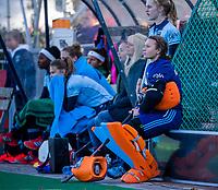 Laren -vliegende keeper, met Karlijn Adank (Lar) aan de kant ,  tijdens de Livera hoofdklasse  hockeywedstrijd dames, Laren-Oranje Rood (1-3).  COPYRIGHT KOEN SUYK