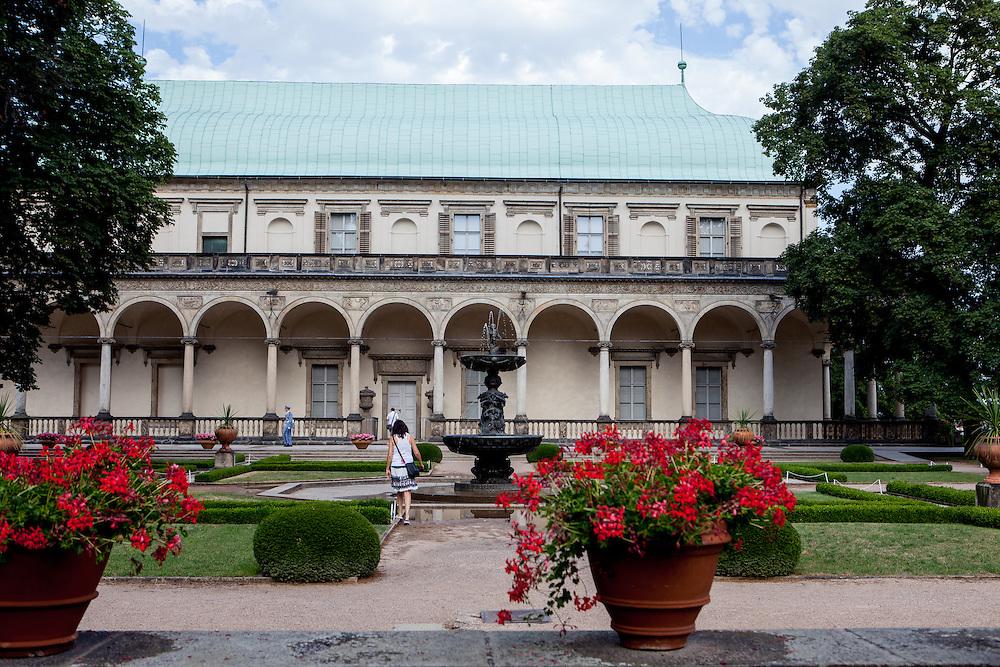 Die Königlichen Gärten (Kralovska Zahrada) in der Nähe der Prager Burg. Im Hintergrund die Königliche Sommerresidenz (Královsky letohrádek).
