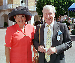 MR & MRS NIGEL WISDEN he is a Director of De Beers, at a luncheon in London on 29th July 2000.OGM 21