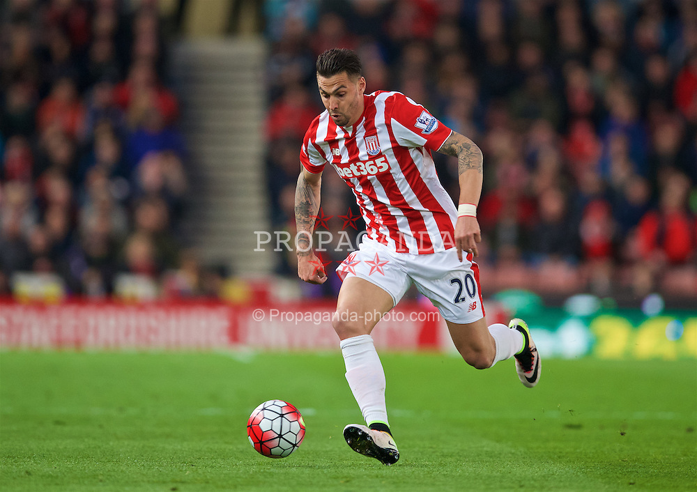 STOKE-ON-TRENT, ENGLAND - Monday, April 18, 2016: Stoke City's Geoff Cameron in action against Tottenham Hotspur during the FA Premier League match at the Britannia Stadium. (Pic by David Rawcliffe/Propaganda)