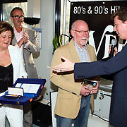 NLD/Naarden/20080417 - Koninklijke onderscheiding radiodj Ferry Maat, overhandiging door burgemeester Frans Willem van Gils