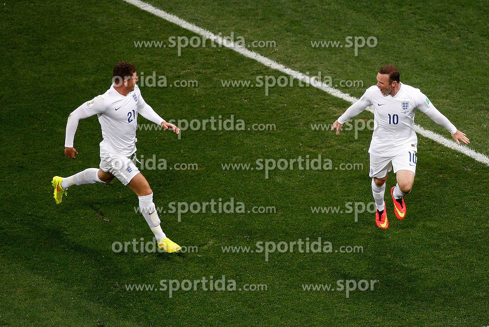 19.06.2014, Arena de Sao Paulo, Sao Paulo, BRA, FIFA WM, Uruguay vs England, Gruppe D, im Bild England's Wayne Rooney (R) celebrates his goal // during Group D match between Uruguay and England of the FIFA Worldcup Brasil 2014 at the Arena de Sao Paulo in Sao Paulo, Brazil on 2014/06/19. EXPA Pictures &copy; 2014, PhotoCredit: EXPA/ Photoshot/ Liao Yujie<br /> <br /> *****ATTENTION - for AUT, SLO, CRO, SRB, BIH, MAZ only*****