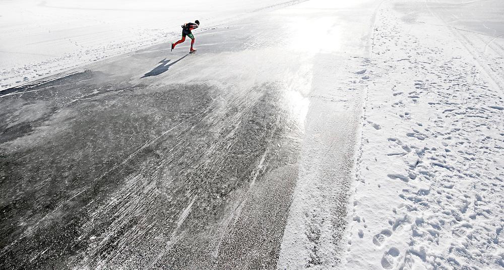 Nederland, Elburg, 10-02-2012.<br /> Schaatsen, Marathon 100 km, Mannen.<br /> Veluwemeertocht.<br /> Ruud Aerts in de laatste ronde eenzaam op de vlakte op weg naar de overwinning.<br /> Foto : Klaas Jan van der Weij