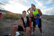 Marije feliciteert Jan Bos met het goede resultaat op de vijfde racedag van de WHPSC. In de buurt van Battle Mountain, Nevada, strijden van 10 tot en met 15 september 2012 verschillende teams om het wereldrecord fietsen tijdens de World Human Powered Speed Challenge. Het huidige record is 133 km/h.<br />