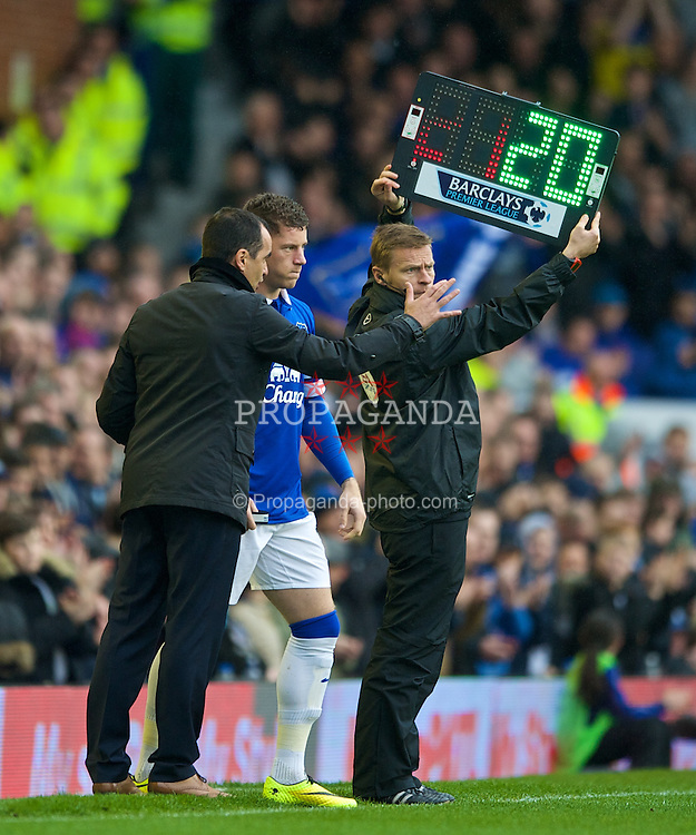 LIVERPOOL, ENGLAND - Sunday, April 6, 2014: Everton's manager Roberto Martinez prepares to bring on Ross Barkley against Arsenal during the Premiership match at Goodison Park. (Pic by Chris Brunskill/Propaganda)