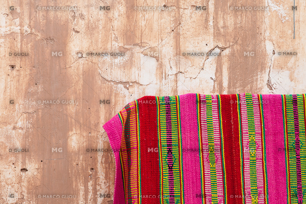 ARTESANIA Y PARED DE ADOBE, HUMAHUACA, PROVINCIA DE JUJUY, ARGENTINA (PHOTO © MARCO GUOLI - ALL RIGHTS RESERVED)
