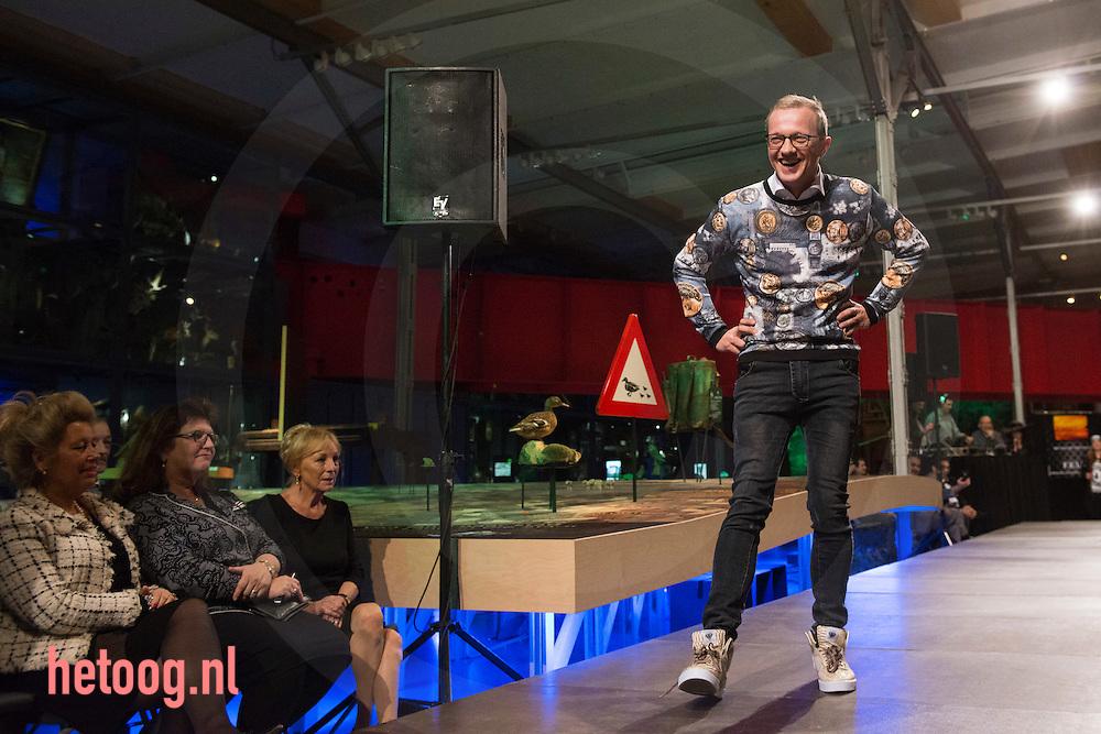Nederland, enschede, 29nov2014 burgemeester  Michael Sijbom van Losser op de catwalk  tijdens de  Fashionight (modeshow en veiling en verloting) in Museum Twense Welle  te enschede. Opbrengst  van € 2500 kwam ten goede aan de enschedese voedselbank. De avond werd georganiseerd door F.E.I.T. (Formidabel Enschedees Initiatieven Team) Museumdirecteur van de TwentseWelle Kees van der Meiden, burgemeester Michael Sijbom van Losser (tevens presentatie) oud-raadslid Peter van der Vloet en directeur TV Enschede FM Flip van Willigen liepen in spannende kleding op de catwalk.