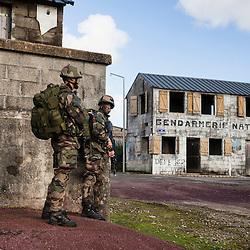 Exercice Hermine 2016 des &eacute;l&egrave;ves officiers du 2&egrave;me Bataillon de l'Ecole Sp&eacute;ciale Militaire de Saint-Cyr. <br /> Jour 1 : Mise en place par op&eacute;ration a&eacute;roport&eacute;e, assaut sur Ville Bizard et l'a&eacute;rodrome de Loyat, franchissement de lac de nuit.<br /> Jour 2 : Contr&ocirc;le de zone et &eacute;vacuation de ressortissants par h&eacute;licopt&egrave;re.<br /> Janvier 2016 / Ploermel (56) / FRANCE<br /> Voir le reportage complet (164 photos) http://sandrachenugodefroy.photoshelter.com/gallery/2016-01-Exercice-Hermine-a-Saint-Cyr-Complet/G0000j_cqbwsln8Q/C0000yuz5WpdBLSQ