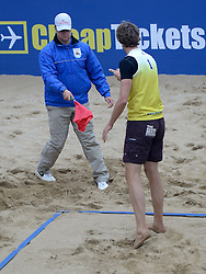 16-08-2014 NED: NK Beachvolleybal 2014, Scheveningen<br /> Lijnrechter in discussie met speler, scheidsrechter beslissing