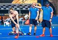 BHUBANESWAR (INDIA) -  Het Nederlands team trainde vanmorgen licht voor de wedstrijd tegen Canada bij het WK Hockey heren. Mirco Pruyser (Ned) met rechts bondscoach Max Caldas (Ned)   COPYRIGHT  KOEN SUYK