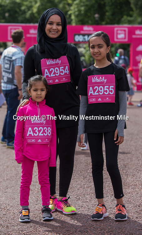 Runners from one of the Family waves at the &quot;goody bag&quot; collection outside Buckingham Palace at The Vitality Westminster Mile, Sunday 28th May 2017.<br /> <br /> Photo: Neil Turner for The Vitality Westminster Mile<br /> <br /> For further information: media@londonmarathonevents.co.uk