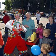 Huizerdag 2001, clown blaast ballonnen op