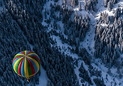 05.02.2018, Zell am See - Kaprun, AUT, BalloonAlps, im Bild ein Heissluftballon bei seiner Fahrt über den Alpen von oben fotografiert // a hot air balloon on his ride over the Alps during the International Balloonalps Week, Zell am See Kaprun, Austria on 2018/02/05. EXPA Pictures © 2018, PhotoCredit: EXPA/ JFK