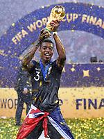 FUSSBALL  WM 2018  FINALE  ------- Frankreich - Kroatien    15.07.2018 Fresnel Kimpembe (Frankreich) jubelt mit dem Pokal