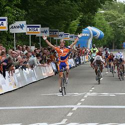 Tom Veelers (Rabobank) wint de vijfde etappe van Olympia tour in Genderingen voor Jacob Moe Rasmussen (GLS) en Marco Bos (Jo Piels).Olympia Tour 2006Olympia Tour 2006 <br /> Tom Veelers wint Olympias's Tour 2006