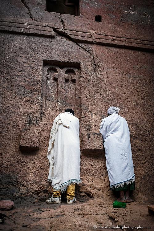 Viele Pilger beten auch draussen an den Mauern der Kirchen, welche 1200 n. Chr. auf Geheiss von König Lalibela von Hand aus dem Fels gemeisselt wurden.