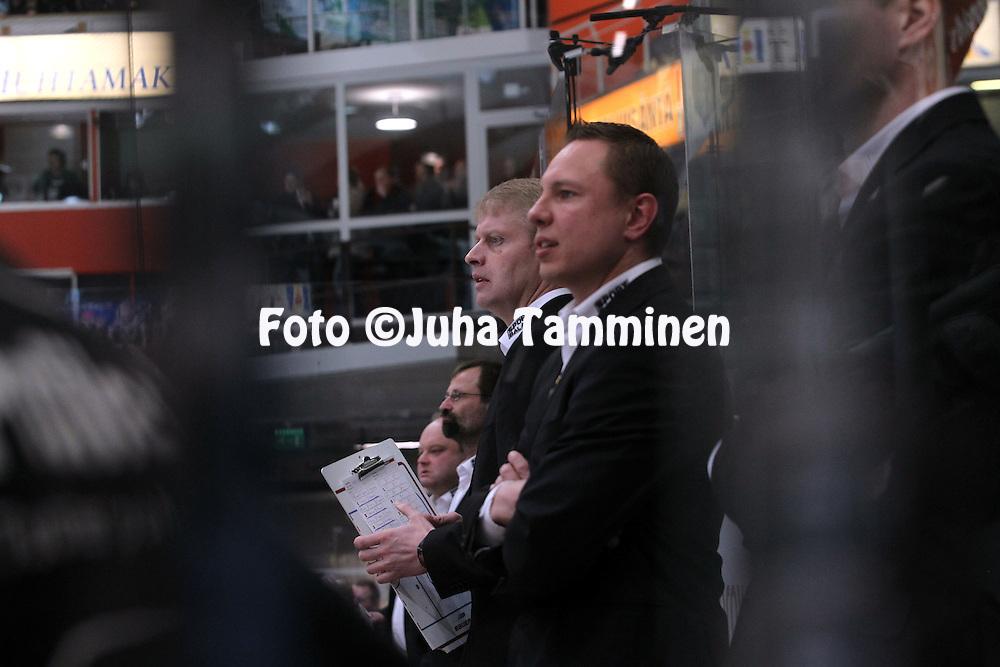 22.04.2010, Patria Areena, H?meenlinna..J??kiekon SM-liiga 2009-10, playoffs 1. loppuottelu HPK - TPS..P??valmentaja Jukka Rautakorpi & kakkosvalmentaja Jussi Tapola - HPK.©Juha Tamminen.