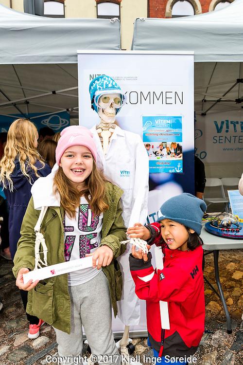 20170923 Kristiansand, <br /> <br /> Forskningsdagene 2017<br />  <br /> <br /> Lørdag er nysgjerrighetenes dag<br /> Lørdag er det Forskningstorg på Øvre Torv i Kristiansand. Prøv VR-briller, undersøk svartelistede planter og se hvordan flåtten lever!<br /> <br /> UNGE FORSKERE: Lørdag er det full fart og forskning i fokus på Øvre Torv i Kristiansand.<br /> UNGE FORSKERE: Lørdag er det full fart og forskning i fokus på Øvre Torv i Kristiansand.<br /> Når: Lørdag 23. september, kl. 11-15<br /> Hvor: Øvre Torg i Kristiansand<br /> <br /> <br /> PRØV VR-BRILLER: Har du ikke forsøkt dem før, kan du det nå til lørdag.<br /> <br /> I alt deltar universitetet og kompetansevirksomheter i Agder på forskningstorget med 14 boder. Av aktivitetene det bys på nevner vi:<br /> Grimstad-studentene stiller med sitt Formula-racerbilprosjekt<br /> Fakultet for teknologi og realfag har med seg VR-briller som du kan teste<br /> Fakultet for helse- og idrettsvitenskap lar deg prøve ulike typer sykler som brukes i deres prosjekt Fra biler til sykler – alternativ til bil for foreldre<br /> Fakultet for humaniora og pedagogikk forteller om norske dialekter og har spennende konkurranser med premier<br /> Kom og lek med Vitensenteret og NITO, eksperimenter med ulike energiformer<br /> Teknova stiller med en 250 kg tung helt utrolig sandboks som barn og voksne kan leke i.<br /> Naturmuseet og botanisk hage ved UiA, presenterer svartelistede planter. Hvilke er det og hva gjør vi med disse?<br /> Sørlandet Sykehus har flere tema, som Hvordan vi håndtere vi skader i ryggen ved ulykker? Og Flott-forskningen. Se hvor og hvordan flåtten lever.<br /> Clencore Nikkelverk representerer prosessindustrien i regionen.<br /> Fakultet for helse- og idrettsvitenskap presenterer prosjekter innenfor helse og omsorg.<br /> Fakultet for kunstfag demonstrere prosjektet MYMascine – der barn kan skape og realisere egne drømmemaskiner.<br /> Jango Nilsen - portrett.<br /> Jango Nilsen<br /> De spiller også konsert 