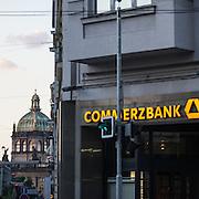 Commerzbank Filiale in Prag. Im Hintergrund das Hauptgebäude des National Museums am Wenzelsplatz.