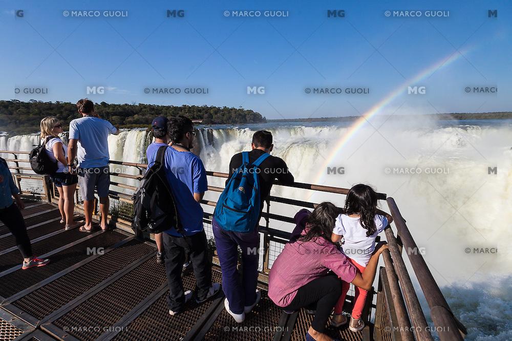 CATARATAS DEL IGUAZU, TURISTAS EN LA GARGANTA DEL DIABLO Y ARCO IRIS, PARQUE NACIONAL IGUAZU, PROVINCIA DE MISIONES, ARGENTINA (© MARCO GUOLI - ALL RIGHTS RESERVED)