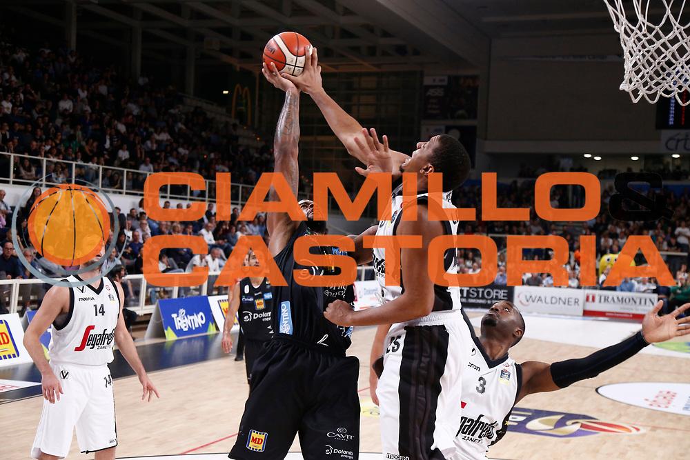 Lawson Kenny, Bhanan Chane<br /> Dolomiti Energia Trentino - Virtus Segafredo Bologna<br /> Lega Basket Serie A 2017/2018<br /> Trento, 30/09/2017<br /> Foto M.Brondi / Ciamillo - Castoria