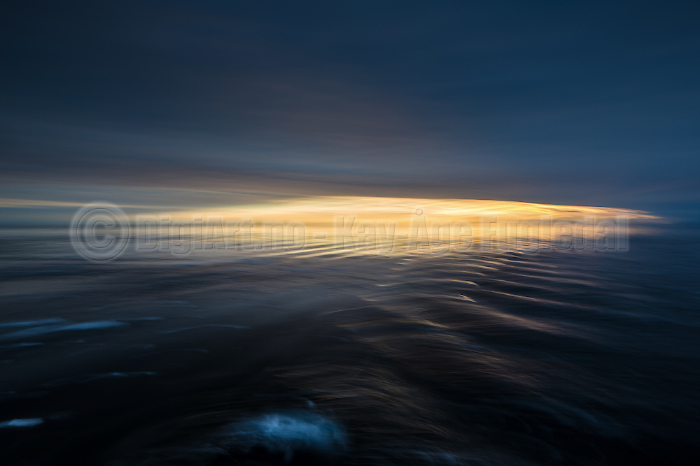 Sunset with reflections in the waves, north of Spitzbergen, slightly panned | Solnedgang med refleksjon i bølgene, nord for Svalbarg. Panorert.