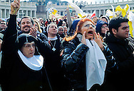 Città del Vaticano 24  Febbraio 2013.L'ultimo  Angelus  di Papa Benedetto XVI..I fedeli  salutano   Papa Benedetto XVI.Vatican City,  February 24, 2013.The last Angelus of Pope Benedict XVI..The Faithful greet Pope Benedict XVI.
