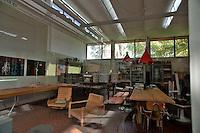 Manifatture Knos, via vecchie frigole, Lecce.Le Manifatture Knos sono un esperimento culturale e sociale in continuo divenire, nate dal progetto di riqualificazione di una vecchia scuola di formazione per operai metalmeccanici abbandonata da anni. Il coinvolgimento spontaneo di cittadini, artisti e professionisti, che si sono presi cura di restituire alla città un bene comune, ha dato vita a un centro internazionale di ricerca, formazione e produzione culturale basato sull'autonomia artistica e organizzativa.?Lo spazio nel quale sono nate le Manifatture Knos è di proprietà della Provincia di Lecce che lo ha affidato all'associazione culturale Sud Est nel dicembre 2006, sulla base di un progetto culturale condiviso. L'associazione ha guidato il processo di ristrutturazione e di nascita del centro, attivando un progetto urbano che ha visto un largo coinvolgimento della cittadinanza. Molti dei partecipanti a questo percorso hanno ideato e promosso progetti culturali innovativi che li hanno condotti a dare vita a realtà associative che, insieme ad altre già esistenti, portano avanti attività continuative nelle Manifatture Knos, tra queste: Induma, Officine Kata Pelta, Ricuso, Luoghi Comuni, Fermenti Lattici, Immaginario K, Cool Club, UnduetreStella, Radio Popolare Salento, Lua (Laboratorio Urbano Aperto), Paz..Dal Settembre 2008 all'Aprile 2010 si sono svolti lavori di ristrutturazione per la messa a norma dei locali delle Manifatture Knos e per l'insediamento, in una nuova porzione dello spazio, del Cineporto dell'Apulia Film Commission.?Le Manifatture Knos ospitano una molteplicità di progetti di formazione, ricerca e produzione, che interagiscono e si nutrono reciprocamente, nell'ambito del cinema, del teatro, della danza, della musica, dell'editoria, dell'infanzia, delle arti applicate, del design, dell'arte contemporanea, della progettazione partecipata.?In questi anni sono nate importanti collaborazioni con centri culturali - a Marsiglia, Parigi, Kyoto, Santiago d
