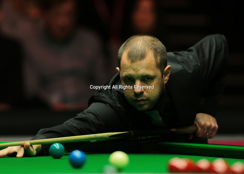 16.01.2016.  Alexandra Palace, London, England. Masters Snooker. Semi Finals. Barry Hawkins watches the cue ball