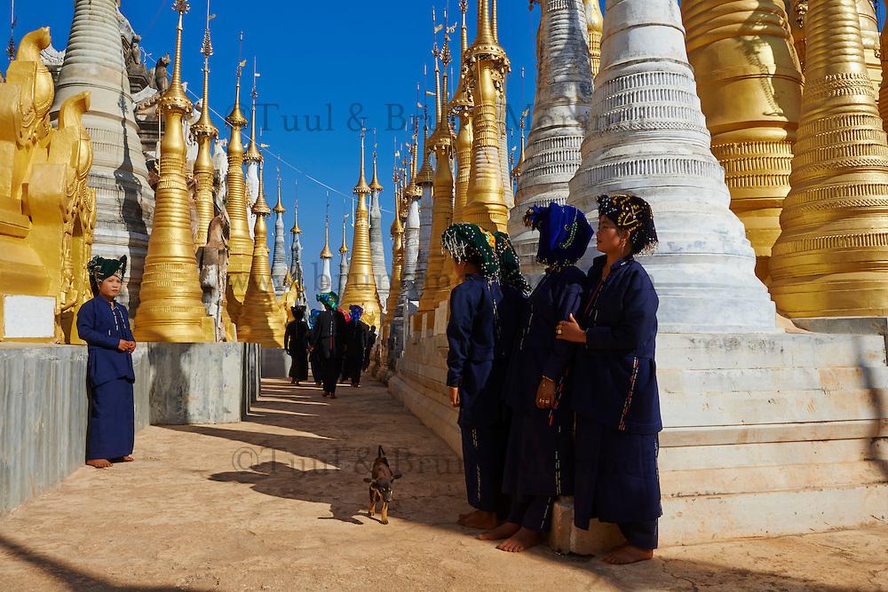 Myanmar (Birmanie), état Shan, lac Inle, village de Inn Dein, Shwe Inn Thein et ses 1045 stupas du XVIIe siècle, jeune femme de ethnie Pa-o // Myanmar (Burma), Shan state, Inle lake, Inn Dein village, the 1045 stupa of Shwe Inn Thein, young woman Pa-O ethnic group