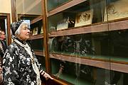 Offici&euml;le opening van de tentoonstelling 'Was getekend, Rien Poortvliet' op Paleis Soestdijk.Paleis Soestdijk presenteert een unieke collectie kerstkaarten die Rien Poortvliet maakte voor koningin Juliana en prins Bernhard. <br /> <br /> Op de foto:  Corrie Poortvliet , weduwe van  Rien Poortvliet bij unieke collectie kerstkaarten