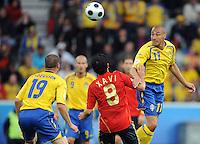 FUSSBALL EUROPAMEISTERSCHAFT 2008  Schweden - Spanien    14.06.2008 Henrik LARSSON (SWE, r) gegen Xavi HERNANDEZ (ESP).