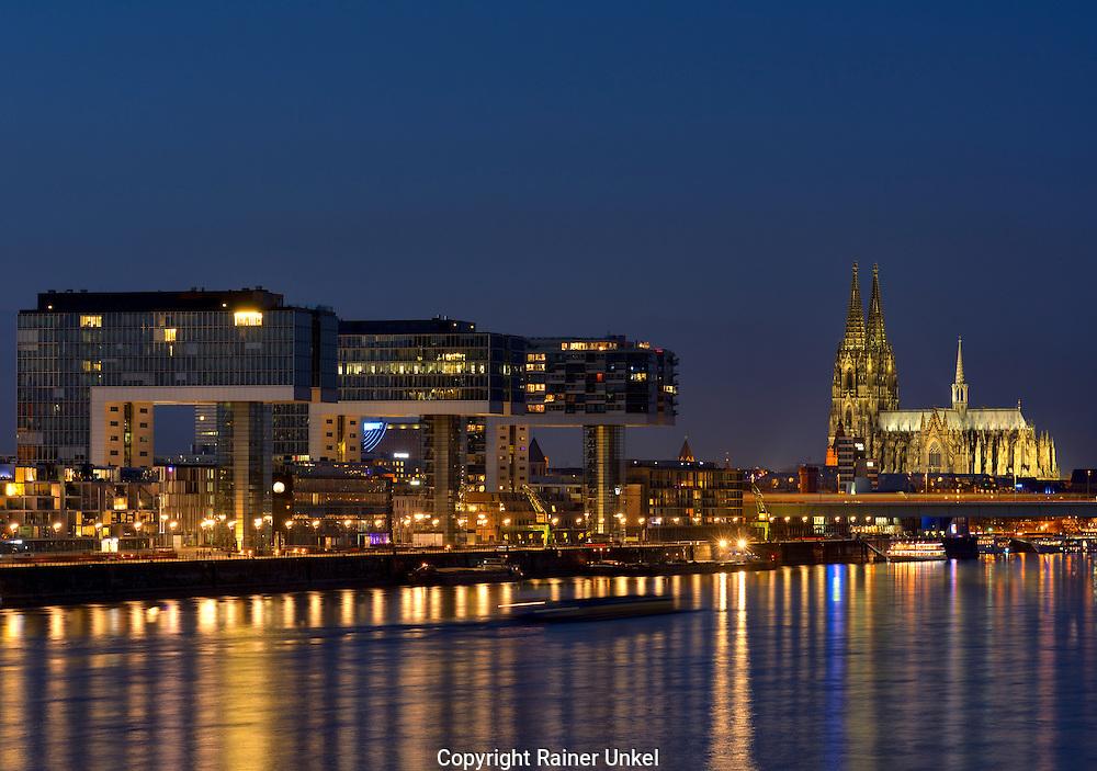 DEU , DEUTSCHLAND : Panorama von Koeln am Rhein mit den Kranbauten / Kranhaeuser im Rheinauhafen und Koelner Dom , 31.12.2015<br /> |DEU , GERMANY : Panorama of Cologne at Rhine river with Crane buildings and Cathedral , 31.12.2015|<br /> Copyright by : Rainer UNKEL , Tel.: 0171/5457756