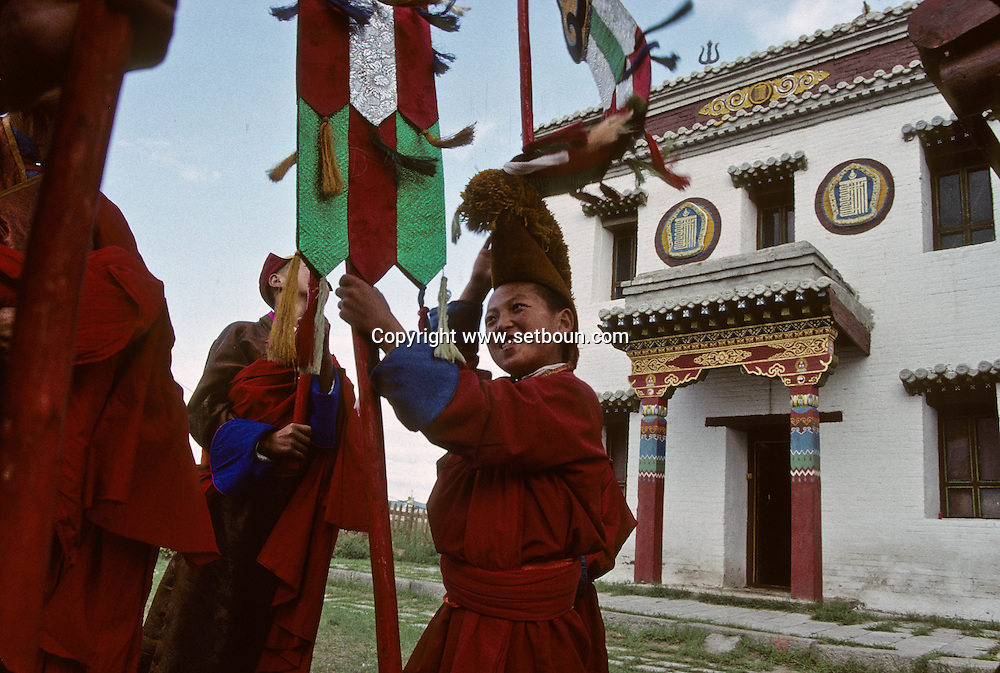 """Mongolia. ovo, animist monument  Eej Had       / ovo lieu priere chamanique   Eej Had  Mongolie Ovo, lieu de prière traditionnel qui parsèment la steppe. Cet ovo à """"Heej Hat"""" est appelé la """"mère"""" le muret qui l'entoure est constitué de plaquettes de thé.   166     P0005113"""