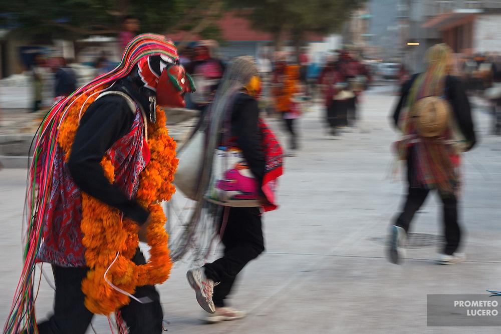 Los &quot;hombres del viento&quot; o cotlatlastin, corren por las calles de Acatl&aacute;n hacia el Corozco o &quot;Lugar de las Cruces&quot;. <br /> <br /> Cada a&ntilde;o, Ind&iacute;genas nahuas de Acatl&aacute;n, municipio de Chilapa, Guerrero, protagonizan en las alturas del Corozco o &quot;Lugar de las Cruces&quot;, la Pelea de Tigres para atraer la lluvia y mejorar las cosechas. En el batimiento participan hombres, pero tambi&eacute;n mujeres y ni&ntilde;os. La creencia es que mientras m&aacute;s peleas haya, mejores lluvias habr&aacute; para el campo. (Foto: Prometeo Lucero)