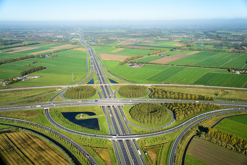 Nederland, Gelderland, Deil, 24-10-2013; knooppunt Deil, kruising A15 (vlnr) en A2, richting Utrecht.. Betuweroute vlnr parallel aan A15.<br /> Deil junction, main motorway A15 Rotterdam Harbour - Germany crossing A2 to the South. <br /> luchtfoto (toeslag op standaard tarieven);<br /> aerial photo (additional fee required);<br /> copyright foto/photo Siebe Swart.