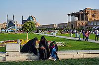 Iran, province d'Ispahan, Ispahan, Place de l'Imam, classée Patrimoine Mondial de l'UNESCO, Jameh Mosque ou la mosquée du vendredi et Palais de Ali Qapu  // Iran, Isfahan, Imam Square, Jameh Mosque or Friday mosque and Ali Qpu Palace, world heritage of the UNESCO